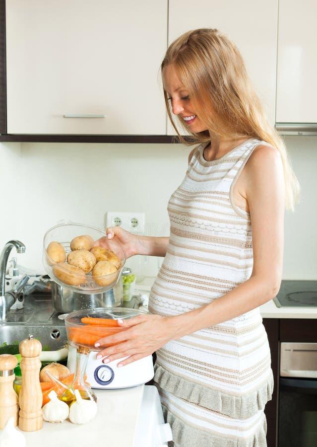 Cozinhando a cozinha dos vegetais em casa fotografia de stock royalty free