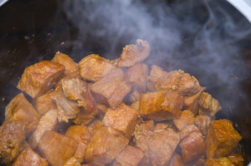 Cozinhando a goulash fotos de stock