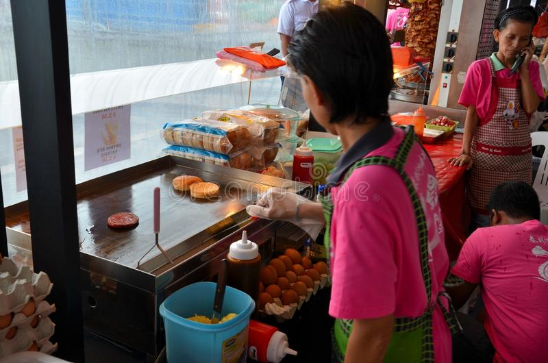 """Cozinhando hamburgueres laterais de """"Ramly"""" da rua em Ásia imagens de stock royalty free"""