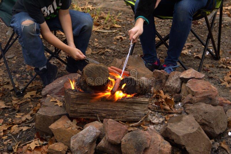 Cozinhando Hotdogs sobre o fogo aberto imagens de stock