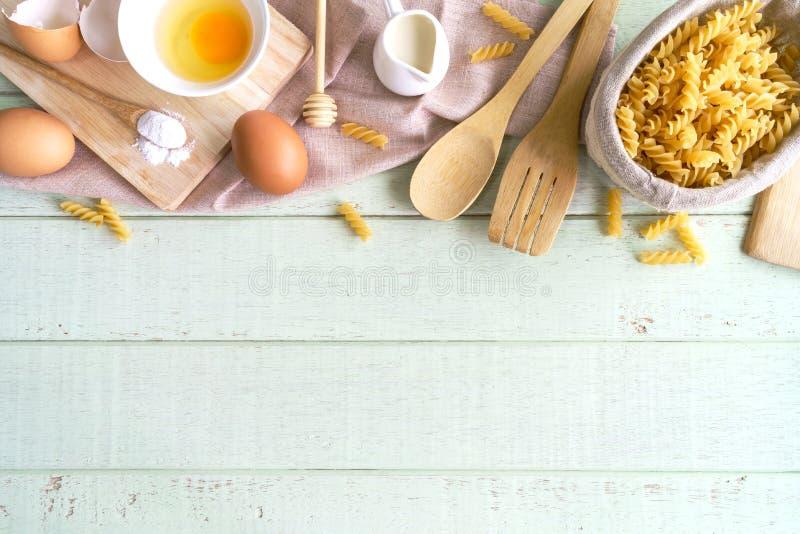Cozinhando ingredientes e equipamento na tabela de madeira verde com bobina fotos de stock