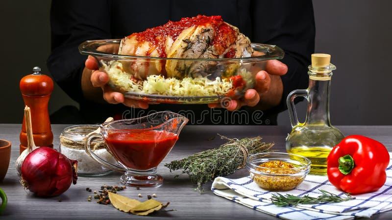 Cozinhando a junta bávara da carne de porco do alimento que cozinha com chucrute, molho de pimentão afiado e cerveja pelas mãos d foto de stock royalty free