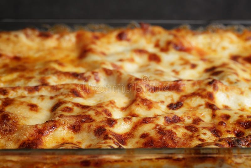 Cozinhando lasanhas caseiros italianas foto de stock royalty free
