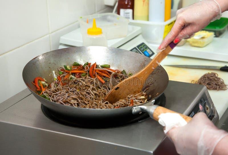 Cozinhando macarronetes de Soba com vegetais fotos de stock
