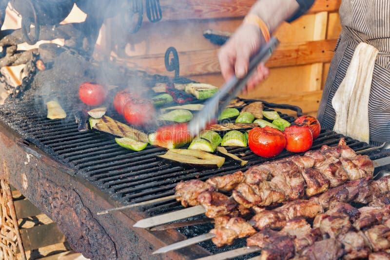 Cozinhando o alimento da rua na grade fotografia de stock royalty free