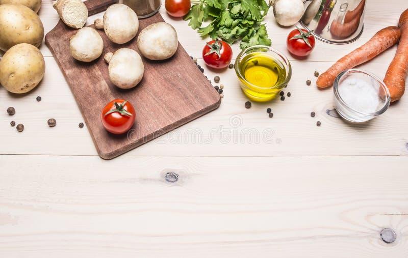 Cozinhando o alimento do vegetariano, os cogumelos, as cenouras e a salsa frescos lubrificam a beira das batatas, lugar para a pa fotografia de stock royalty free