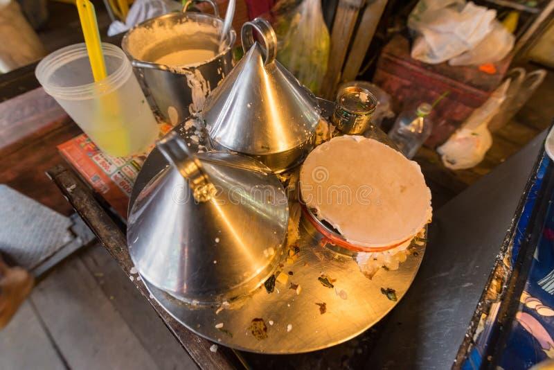 Cozinhando o alimento em Taling Chan Floating Markett em Banguecoque, Tailândia fotos de stock