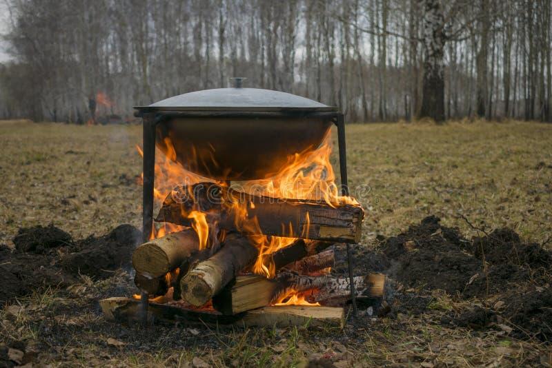 Cozinhando o alimento na natureza Cozinha de campo em uma campanha ou na caça ou na pesca fotos de stock royalty free