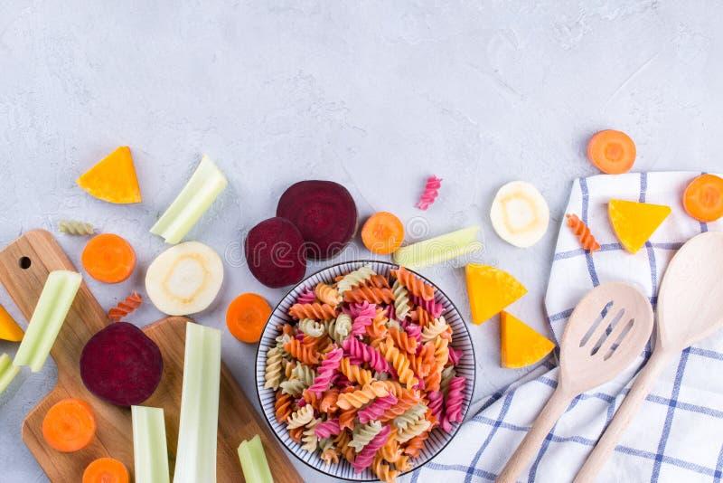 Cozinhando o alimento saudável delicioso Massa seca colorida feita dos vegetais e de seu aipo natural das tinturas vegetais imagens de stock