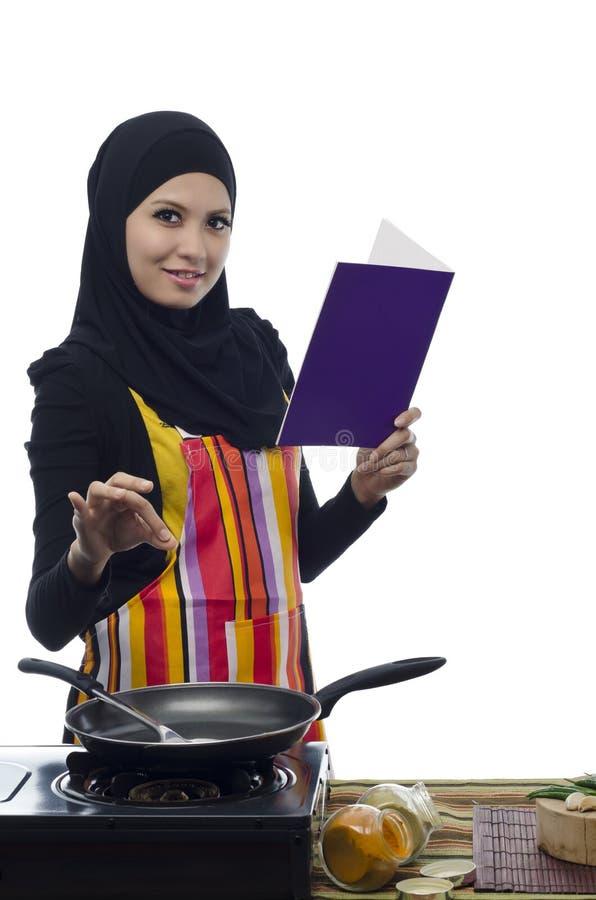 Cozinhando o alimento saudável na cozinha imagem de stock