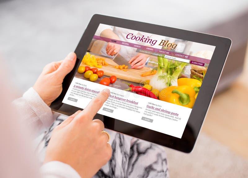 Cozinhando o blogue na tabuleta fotos de stock royalty free