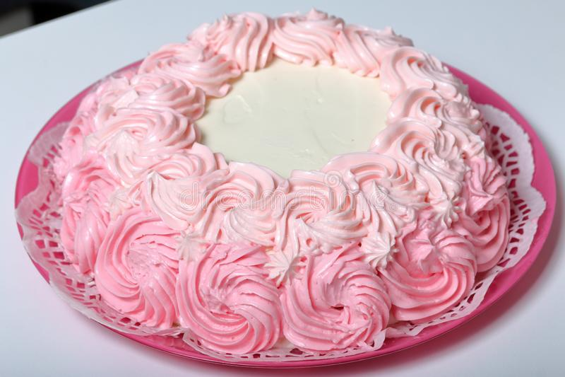 Cozinhando o bolo, decorado com um creme de cores diferentes foto de stock