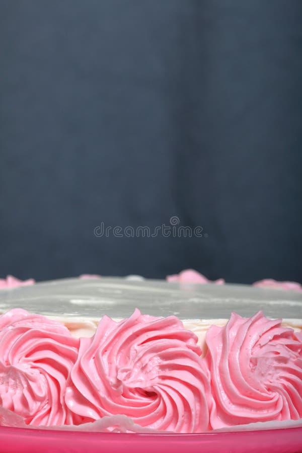Cozinhando o bolo, decorado com um creme de cores diferentes fotografia de stock royalty free
