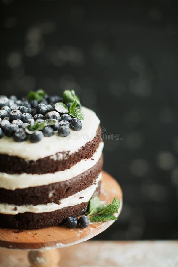 Cozinhando o bolo na tabela e cozendo ingredientes do bolo fotos de stock royalty free