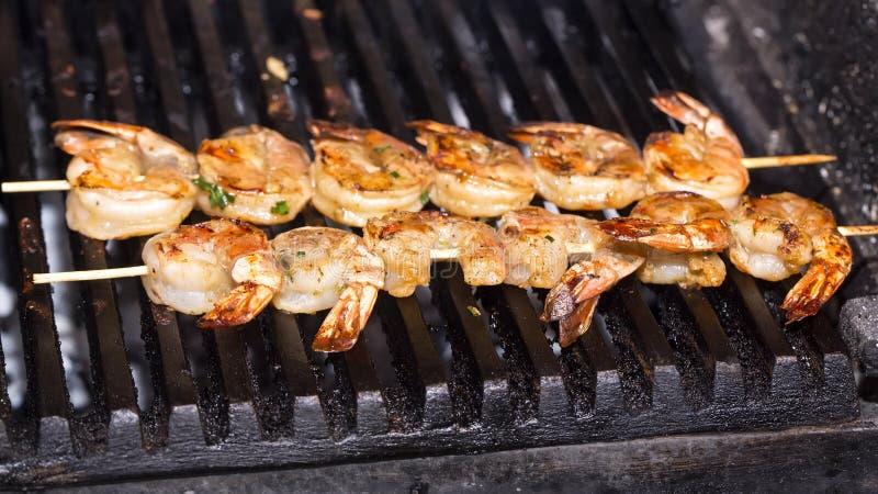 Cozinhando o camarão na grade fotos de stock