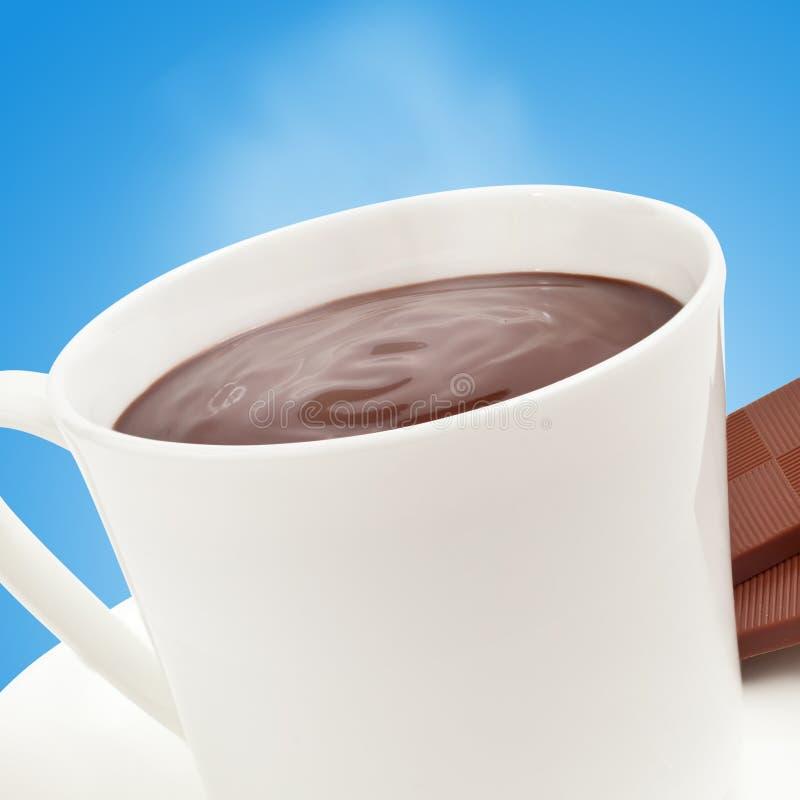 Cozinhando o chocolate quente no azul fotos de stock royalty free