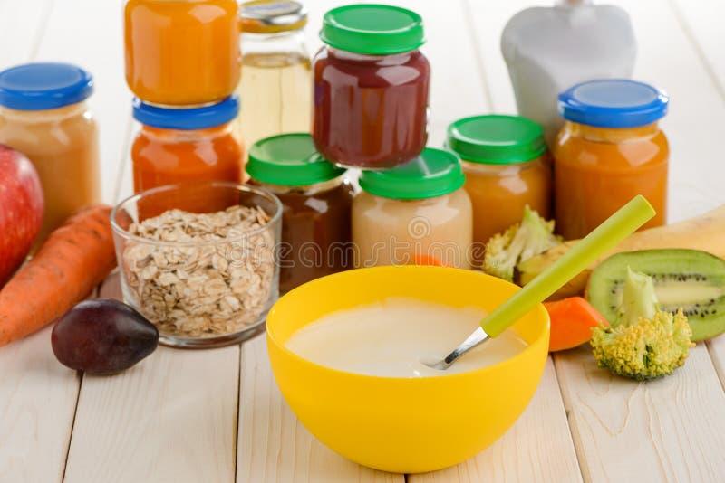 Cozinhando o comida para bebê em casa imagem de stock royalty free