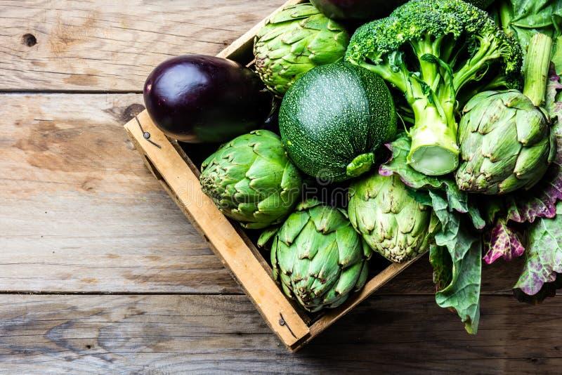 Cozinhando o conceito da colheita do fundo Vegetais verdes orgânicos frescos na caixa de madeira imagem de stock royalty free