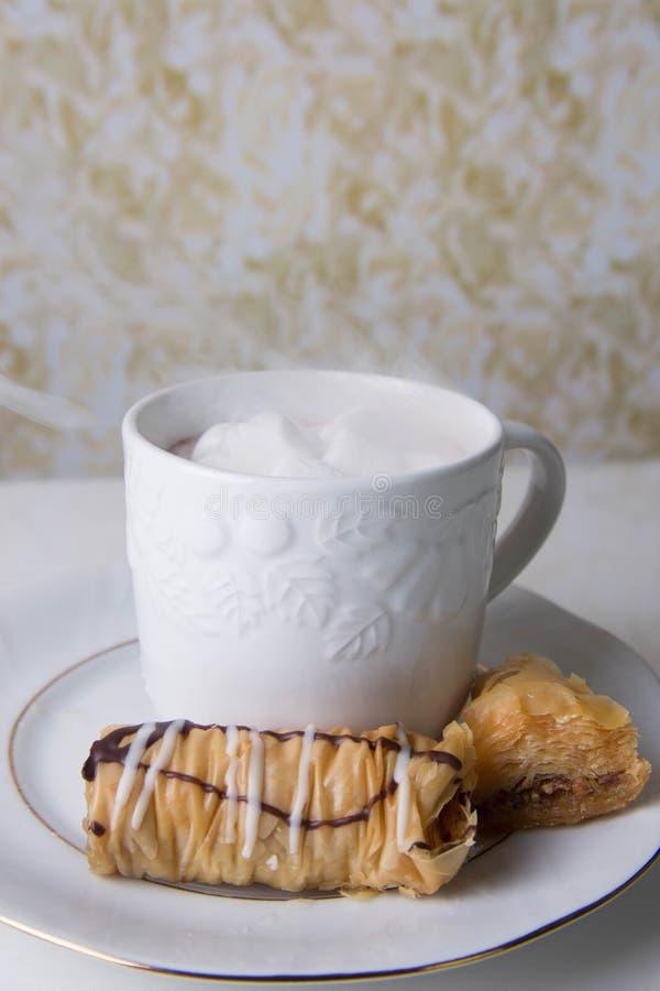 Cozinhando o copo do cacau com baklava fotos de stock royalty free