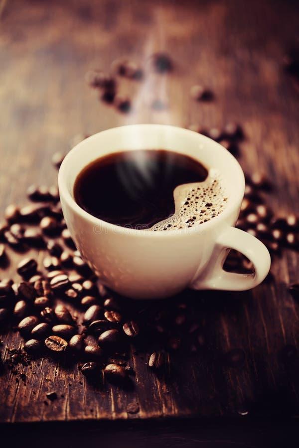 Cozinhando o copo do café recentemente fabricado cerveja. imagens de stock royalty free