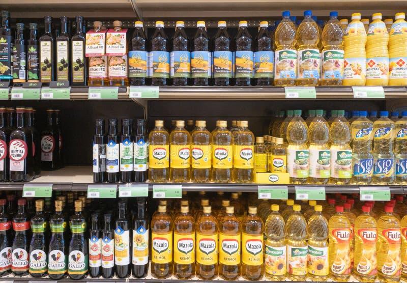 Cozinhando o corredor dos óleos de vegetal no supermercado foto de stock