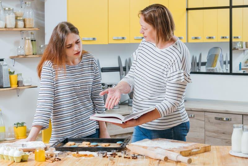 Cozinhando o erro dos biscoitos da filha da mãe da falha imagem de stock royalty free