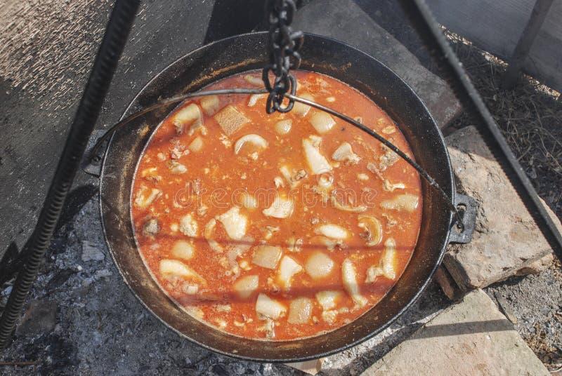 Cozinhando o feij?o em uma caldeira na chama aberta fotos de stock
