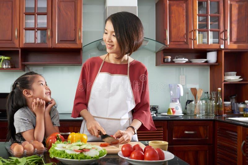 Cozinhando o jantar fotografia de stock royalty free