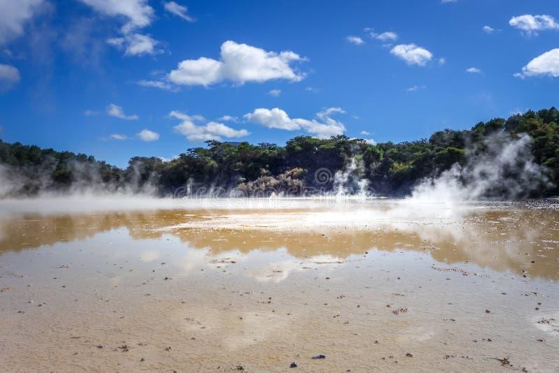 Cozinhando o lago em Waiotapu, Rotorua, Nova Zelândia imagem de stock