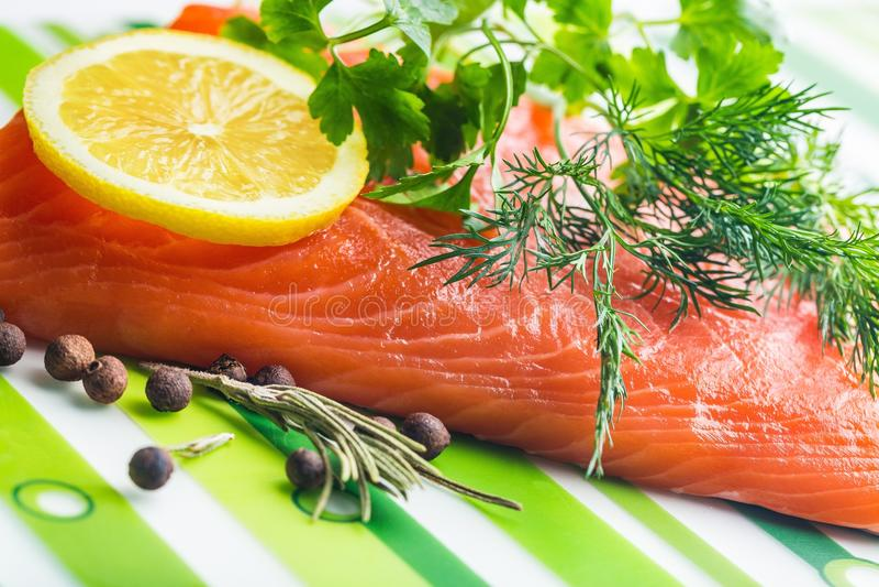 Cozinhando o marisco fresco, Sockeye cru Salmon Fish fotos de stock royalty free