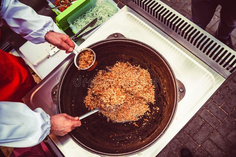 Cozinhando o pilau do arroz na grande bacia fotos de stock
