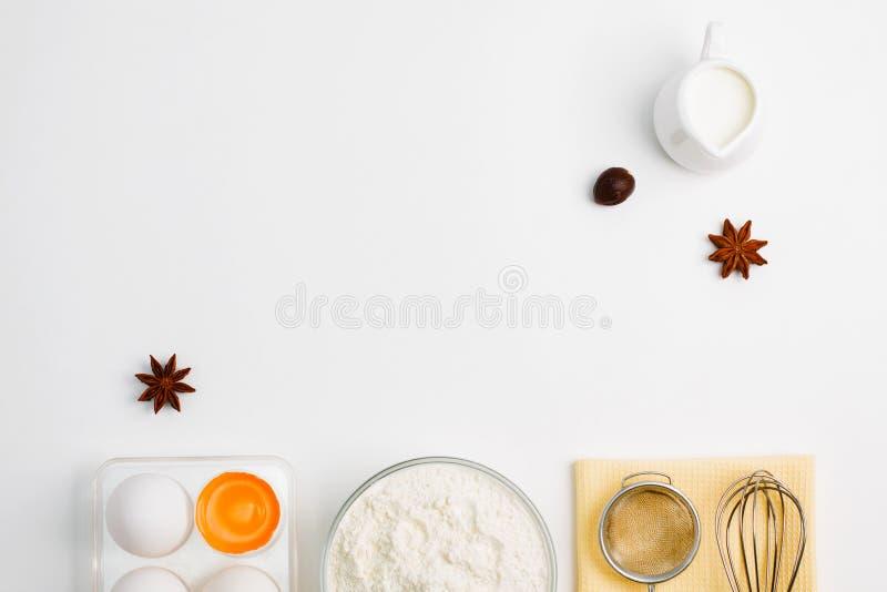 Cozinhando o plano de cozimento coloque o fundo com as ferramentas da cozinha da farinha dos ovos foto de stock