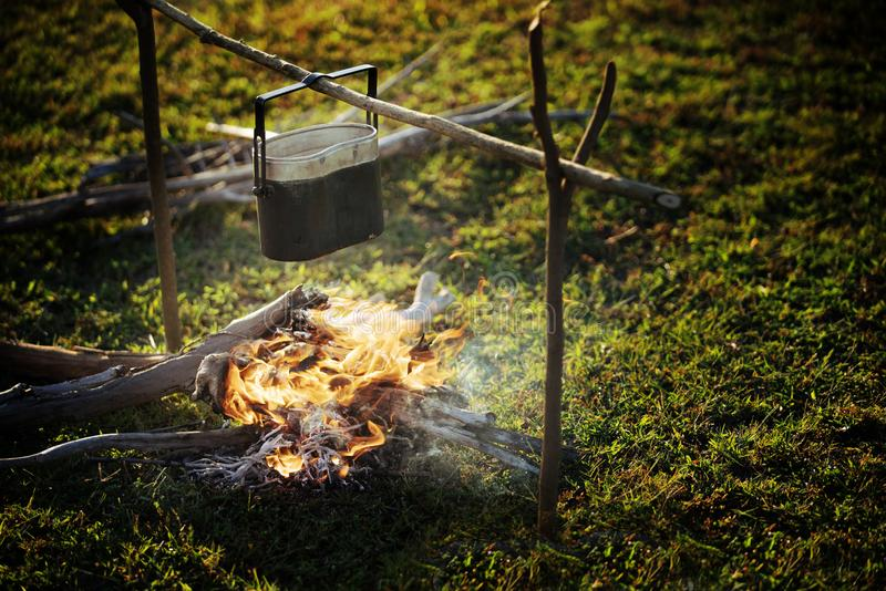 Cozinhando o potenciômetro na fogueira fotos de stock royalty free