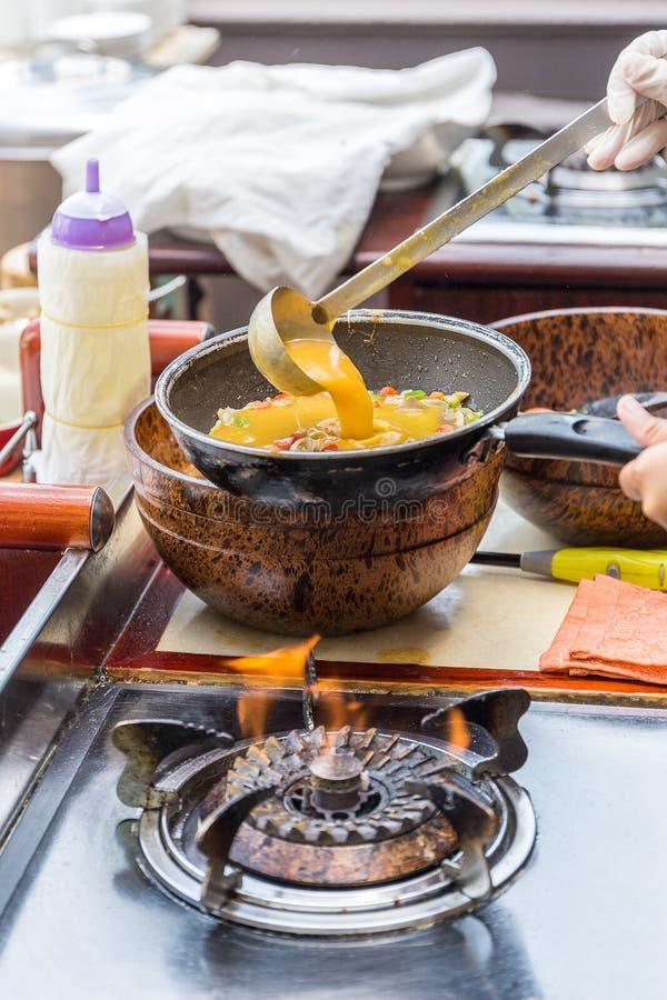 cozinhando a omeleta na bandeja imagem de stock royalty free