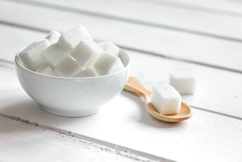 Cozinhando os doces ajustados com as protuberâncias diferentes do açúcar no fim branco do fundo da tabela acima foto de stock royalty free