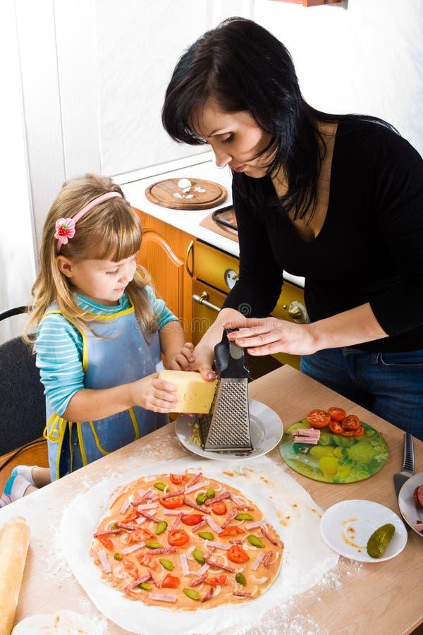 Cozinhando a pizza imagem de stock