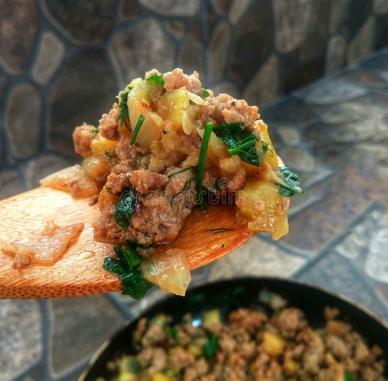 Cozinhando a receita - carne de guisado com vegetais fotografia de stock