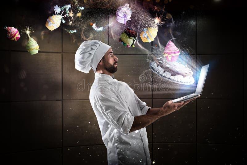 Cozinhando a receita na Web foto de stock
