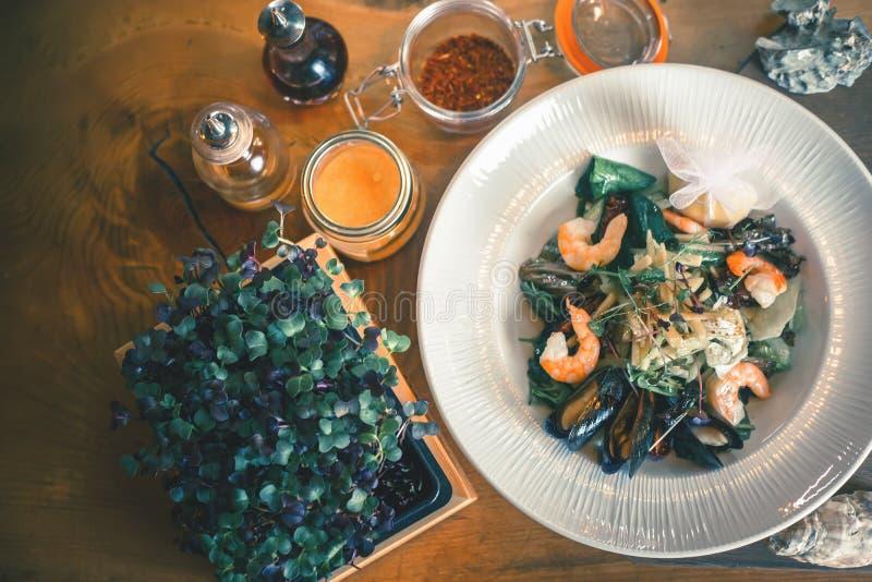 Cozinhando a refeição do marisco, marisco cru com mexilhões, moluscos fotografia de stock royalty free