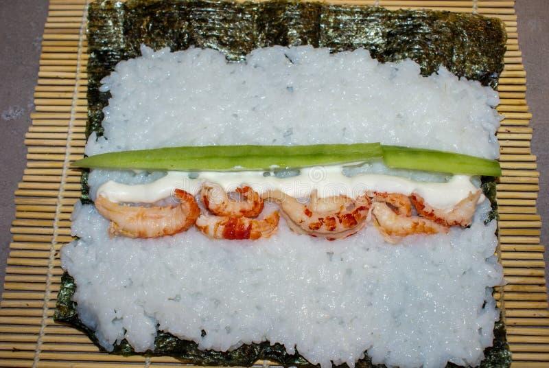 Cozinhando rolos de sushi fotografia de stock