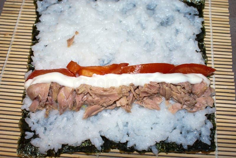 Cozinhando rolos de sushi fotos de stock royalty free