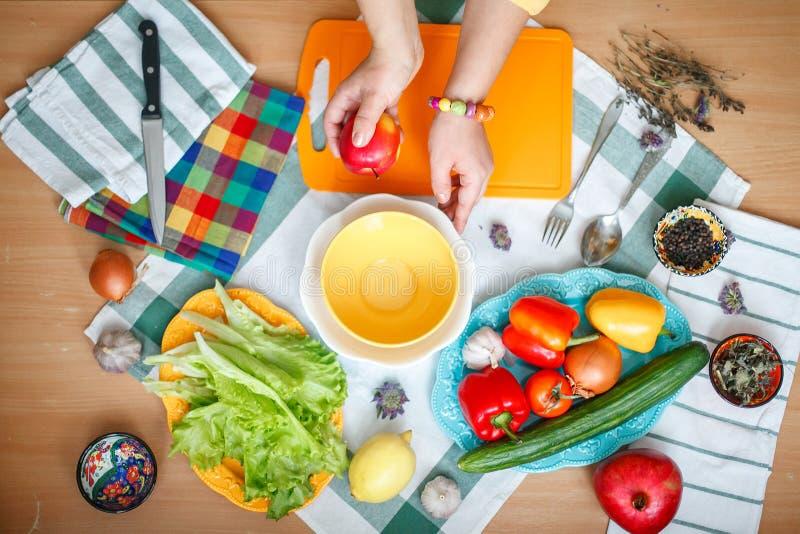 Cozinhando a salada dos vegetais fotografia de stock