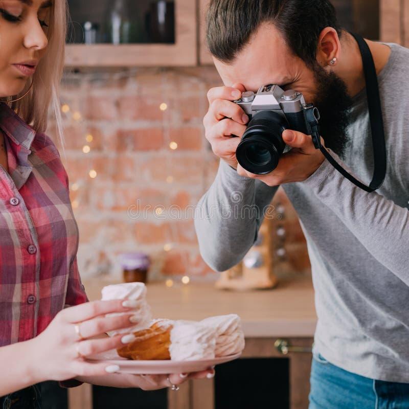 Cozinhando a sobremesa da mulher do homem do estilo de vida do passatempo do blogue fotos de stock