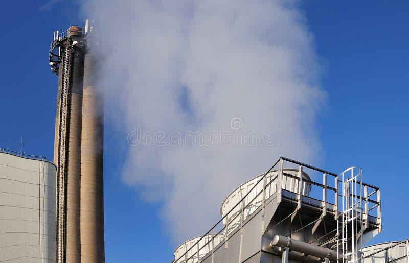 Cozinhando torres refrigerando na planta da desperdício-à-energia imagens de stock royalty free