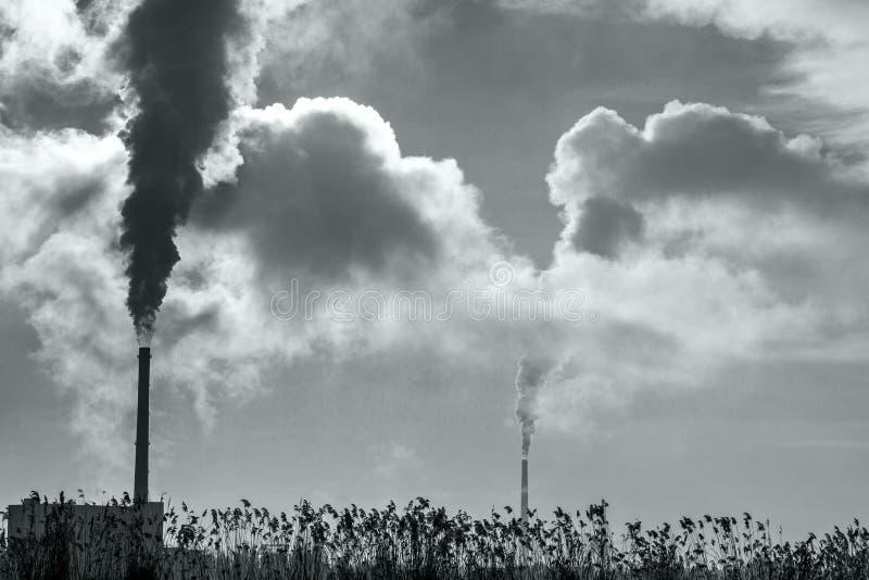 Cozinhando a tubulação industrial no fundo Poluição ambiental Problemas da ecologia Problemas ambientais, tema ecológico fotos de stock