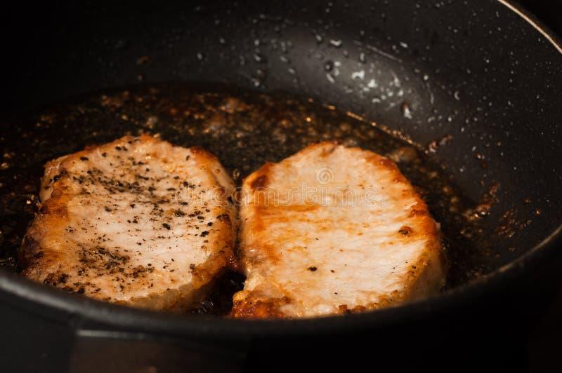 Cozinhando um close-up de dois bifes Faixa cortada da carne imagens de stock