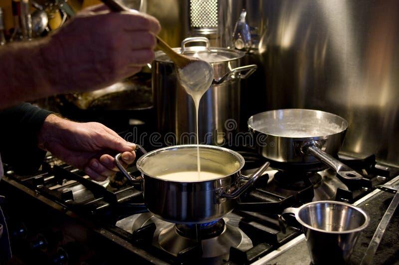 Cozinhando um molho foto de stock royalty free