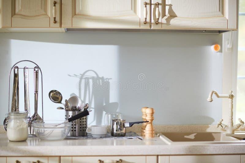 Cozinhando utilidades na bancada fotos de stock