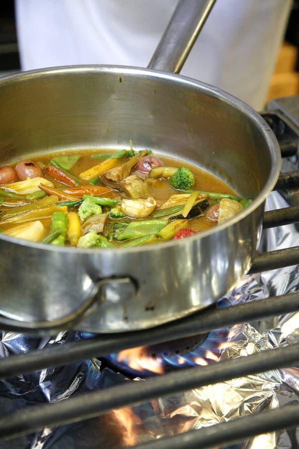 Cozinhando Vegetais Em Um Fogão Do Gaz Imagem de Stock Royalty Free