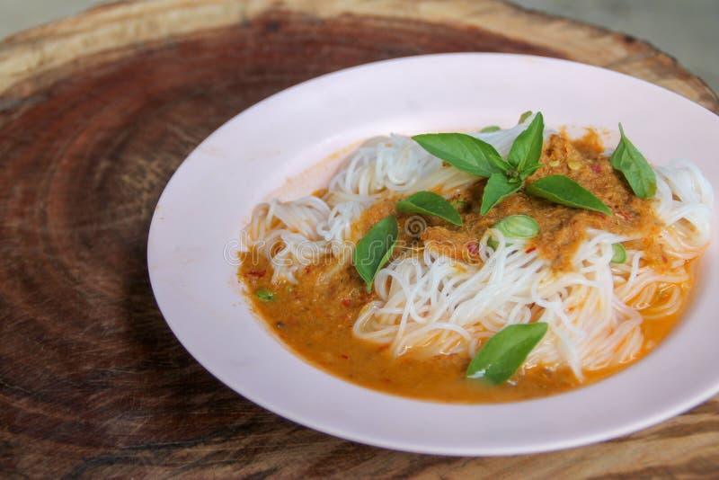 Cozinhe a aletria tailandesa do arroz com caril vermelho e vetgetable imagem de stock royalty free